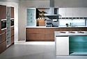 Moderne Einbauküche mit Kochinsel
