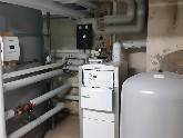 Gas-Brennwertkessel mit Solaranlage heizungsunterstützt Firmengebäude