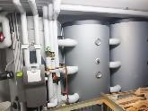 Pufferspeicher kommunizierend, der mit einer Solareinbindung verknüpft ist, enthält verschiedene Temperaturzonen: heiß, warm und kühl