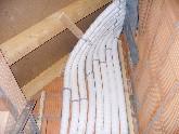 Bei flexiblen Leitungsführungen für Lüftungsanlagen kann auf den Einbau von Formstücken wie Winkel verzichtet werden