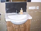 Waschtisch mit integrierter Ablagefläche