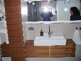 Badezimmer mit integrierten Badmöbelsystemen