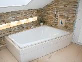 Asymmetrische Badewannen sind besonders raumsparend und mit Lichtakzent sorgen sie für eine besondere Stimmung