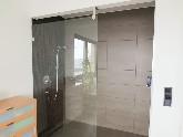 Großer, bodenebener Duschbereich mit beschichtetem Glaselement