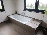 Badewanne mit niedriger Einstiegshöhe und großer Ablagefläche